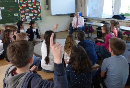 Dr. Kurt Bodewig als Experte für Europa zu Besuch in unserer Grundschule
